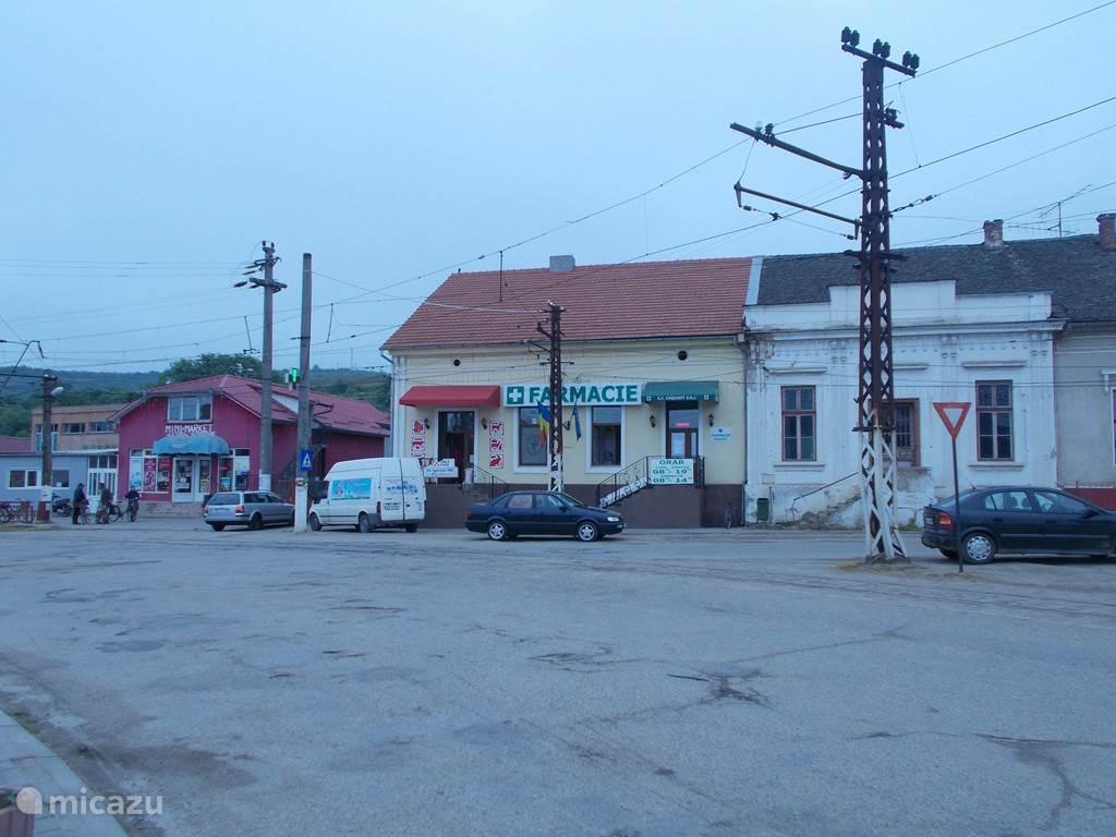 De apotheek( farmacie ) en één van de winkeltjes (magazine ) waar o.a brood te koop is.