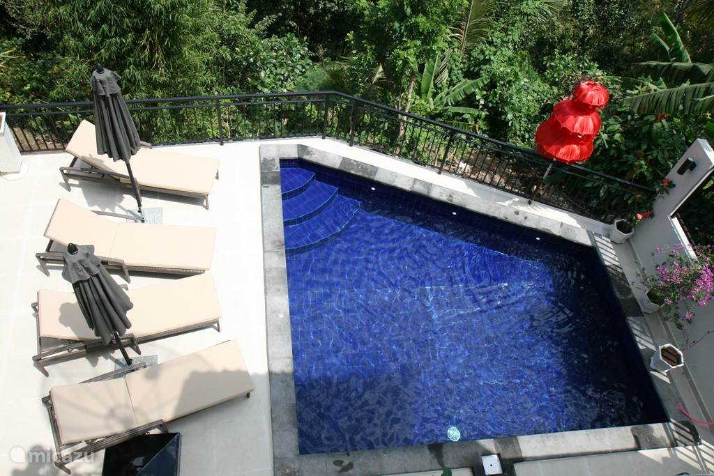 Private pool with large foothold. The pool is partly 1m and some 1.5 meters deep.