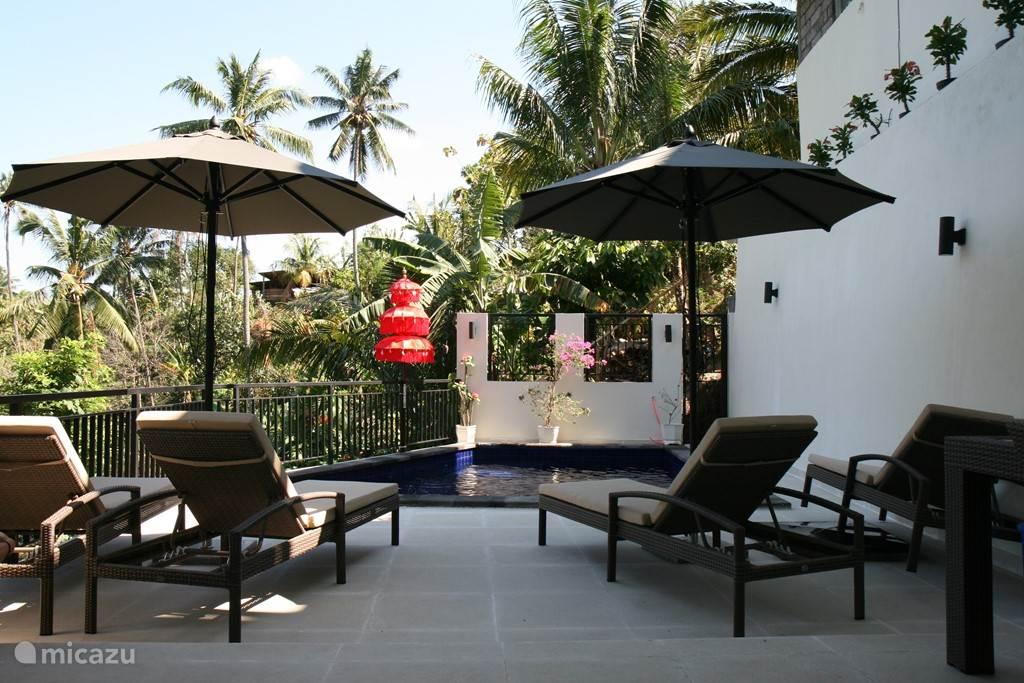 Heerlijke ligbedden op het zonnige terras.