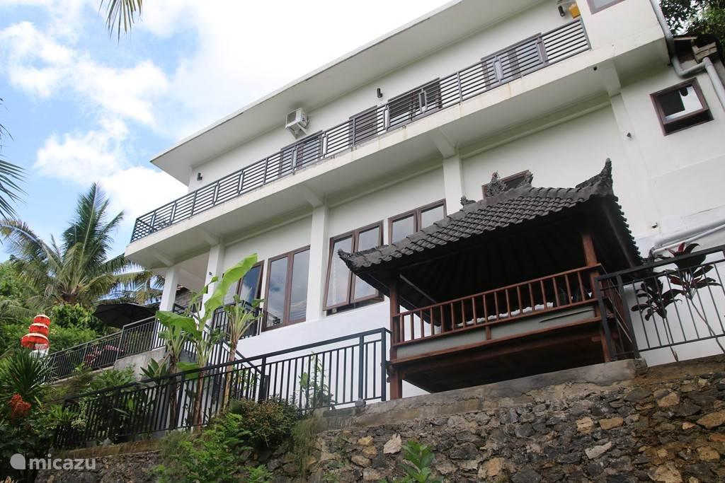Zijaanzicht Villa Riang.