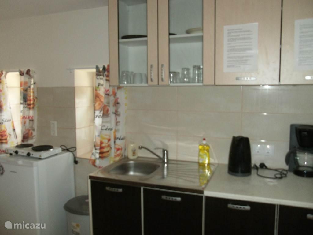 Keuken met koelkast , 2 pits kooktoestel, waterkoker , koffiezetapparaat en inventaris