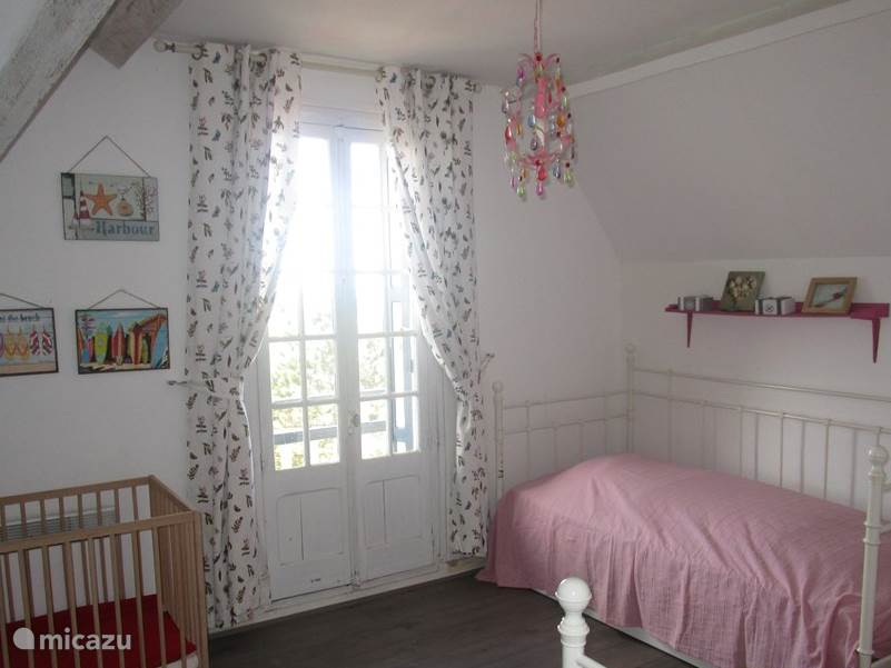 Pink ladies room 3 beds and baby crib