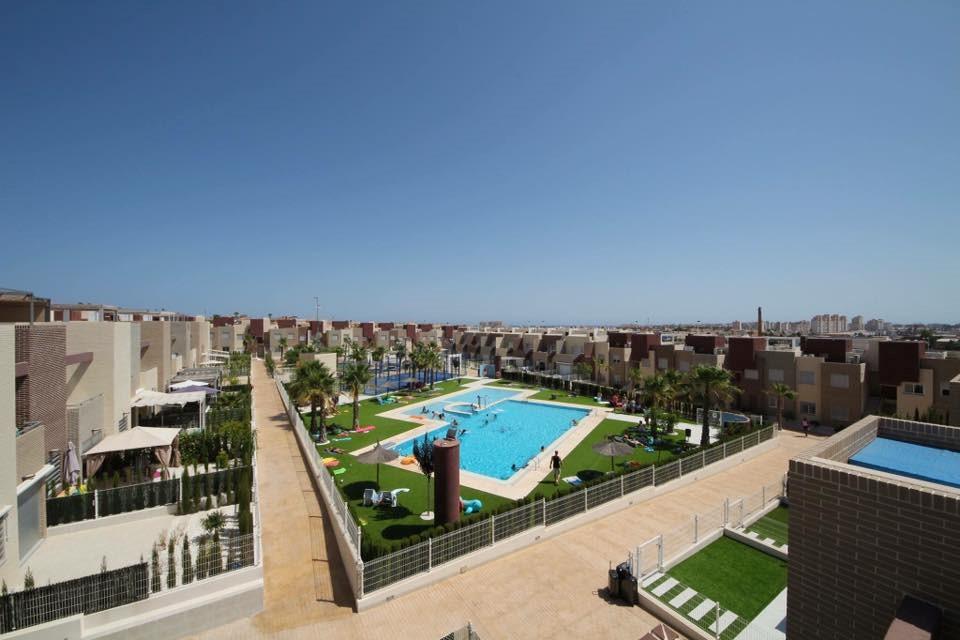 Nieuwe appartement in Torrevieja op mooi complex, nog vrij vanaf 23/2 t/m 9/4. Wij geven 10 % korting op de normale prijs, ideaal de zon schijnt al