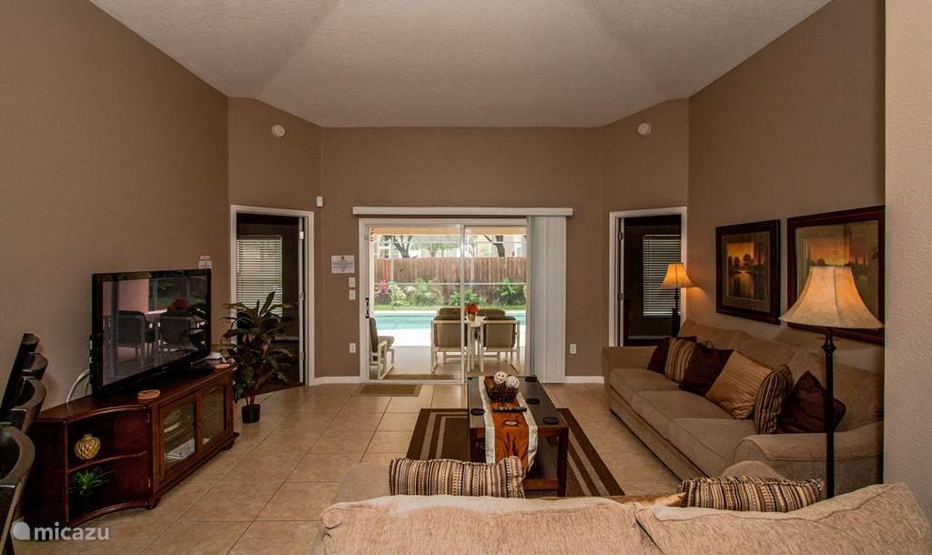 Hier een overzicht van de zeer ruime en prachtig ingerichte woonkamer met open keuken