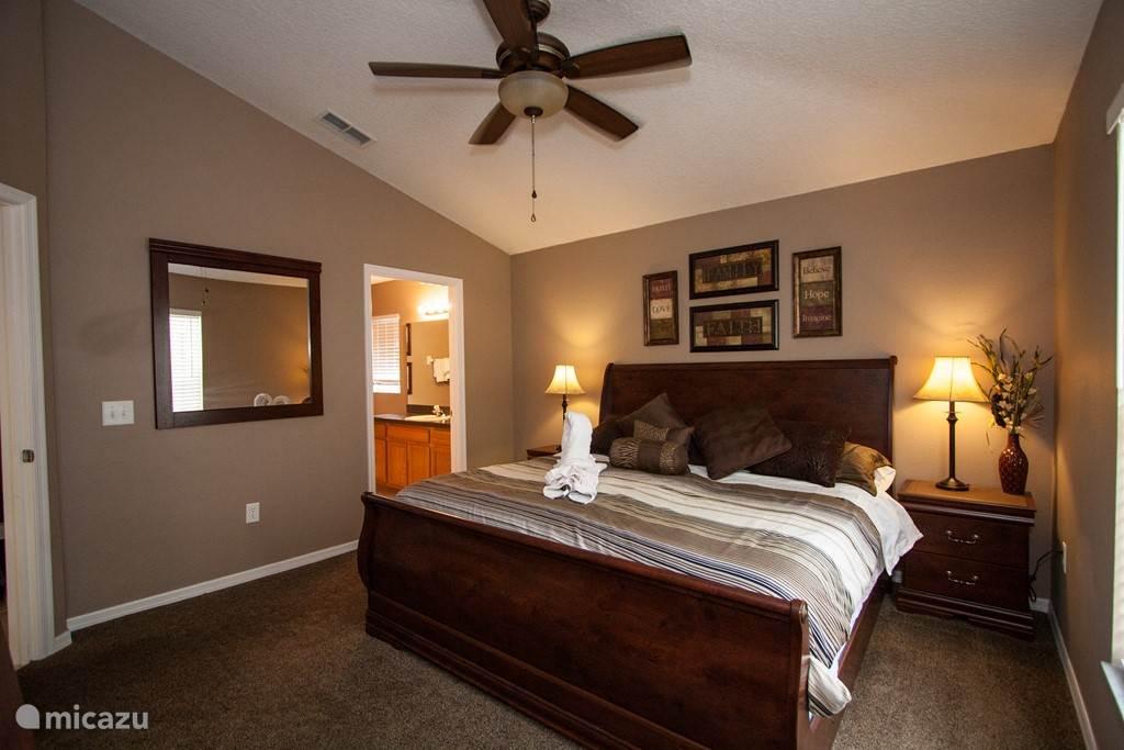 Een van de ruime en mooie slaapkamers