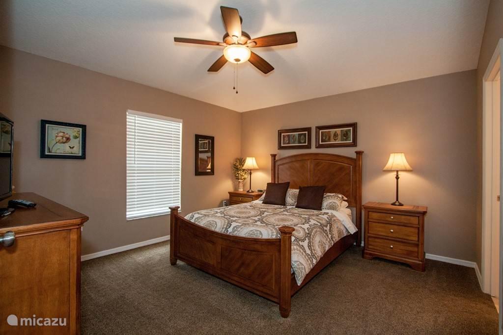 Een andere slaapkamer prachtig ingericht en uiteraard ook met een flatscreen TV
