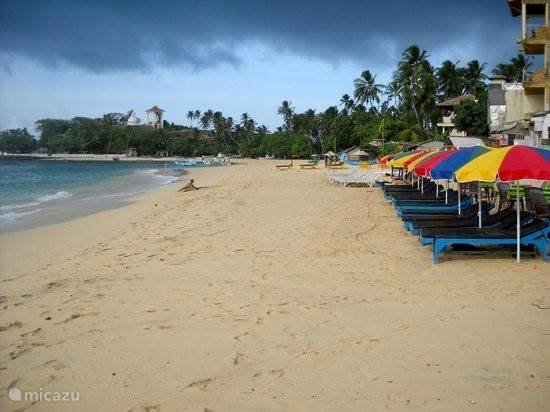 het mooie strand in Unawatuna