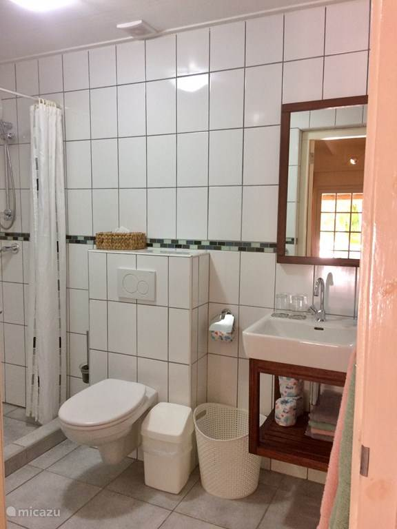 Ruime badkamers Cottages in de tropische tuin. Met wasbak, toilet, douche.