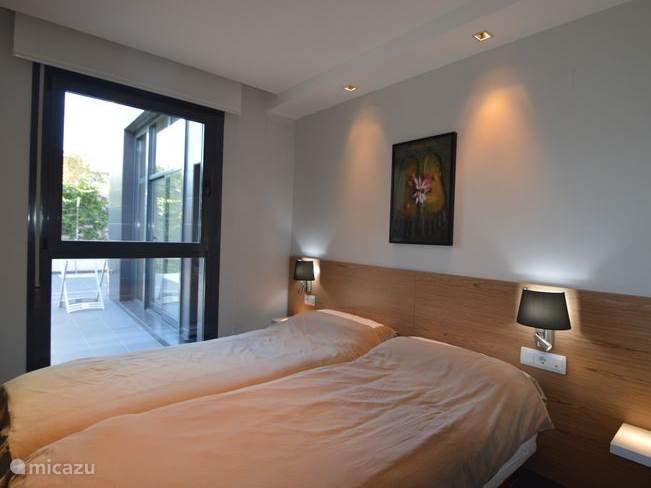 De voorste slaapkamer met veel kastruimte en uiteraard voorzien van airconditioning