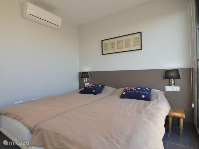 De slaapkamer op de eerste verdieping met een eigen dakterras en uiteraard voorzien van airconditioning