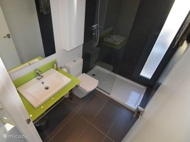Badkamer nummer 2 op de eerste verdieping naast slaapkamer nummer 3