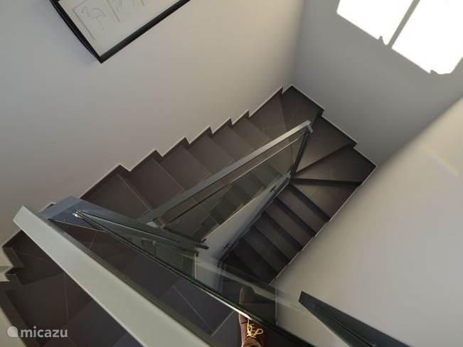 De trap met vide naar de eerste verdieping