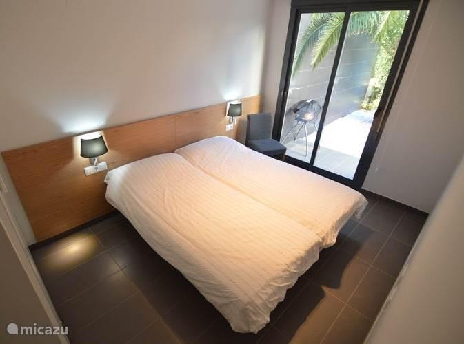 De achterste slaapkamer met schuifpui welke gelijk in de tuin uitkomt. Uiteraard voorzien van airconditioning (warm/koud) en een grote kledingkast.