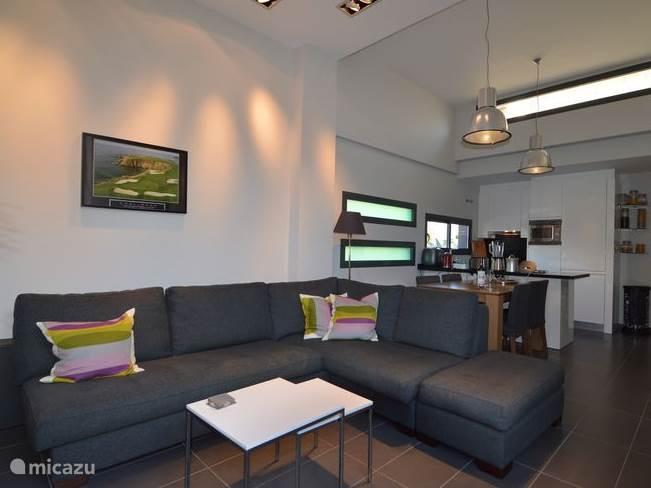 Ruime moderne living die is voorzien van alle luxe zoals sateliet TV, LCD TV, Airco (warm/koud)
