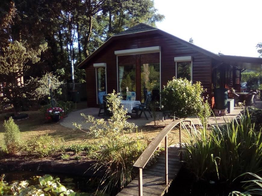 Last minute kans. Vier de zomer in eigen land. Luxe chalet met veranda en grote beschutte tuin aan de rand van het bos (Veluwe). Veel rust en privacy.