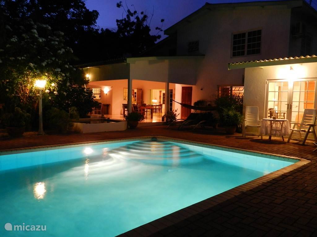 Huis en zwembad bij avond