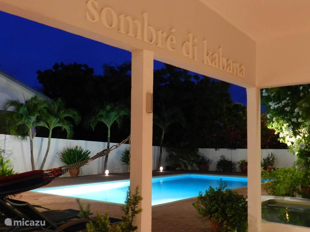 Porch en zwembad bij avond