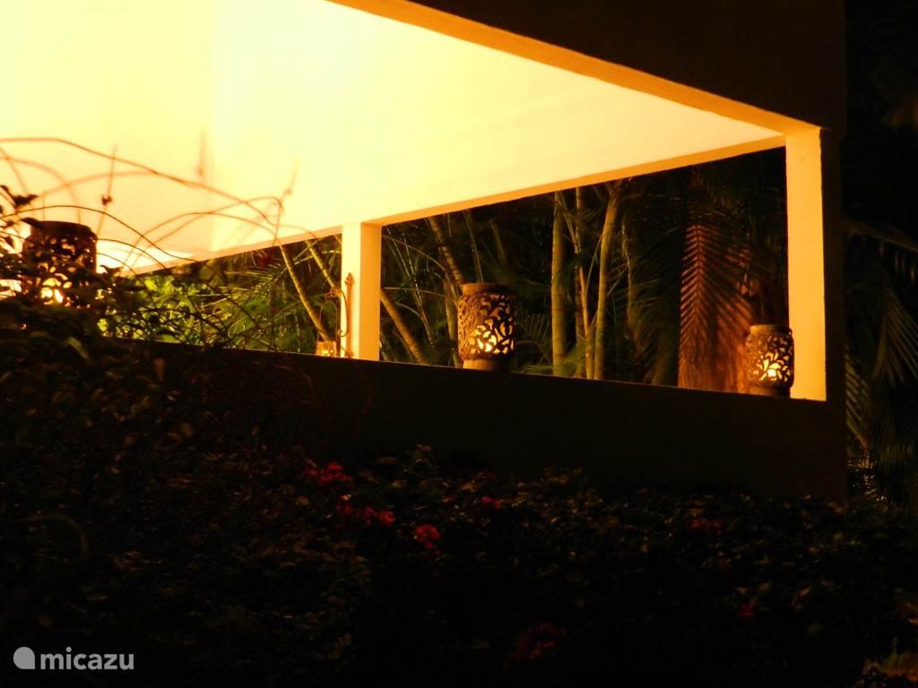 Buitenaanzicht porch bij avond