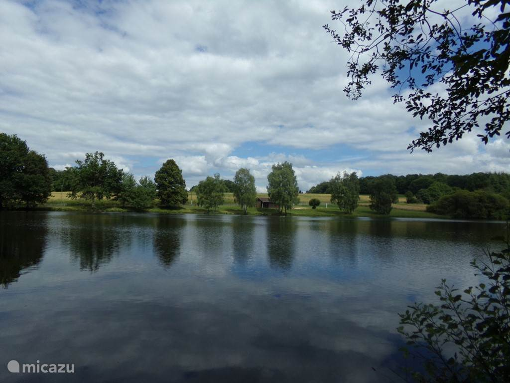 Within walking distance is a lovely swimming lake. In the summers with surveillance ideal for small children, there is also a volleyball net and a small playground with slide + toilet / shower rooms