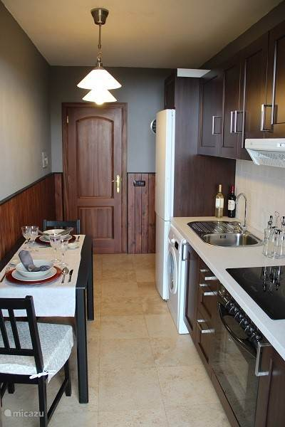 De keuken/ eettafel, met alles voorzien.