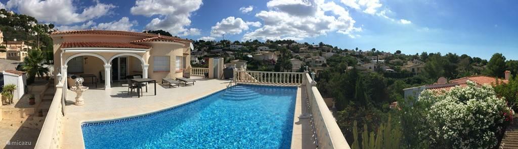 Overzicht van het terras & zwembad