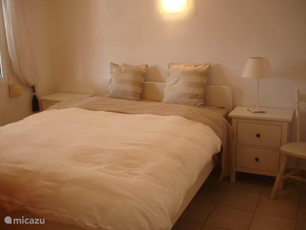 Ruime slaapkamer met aansluitend badkamer.