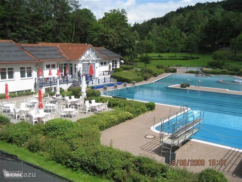 Het buitenzwembad in de plaats Kirchheim