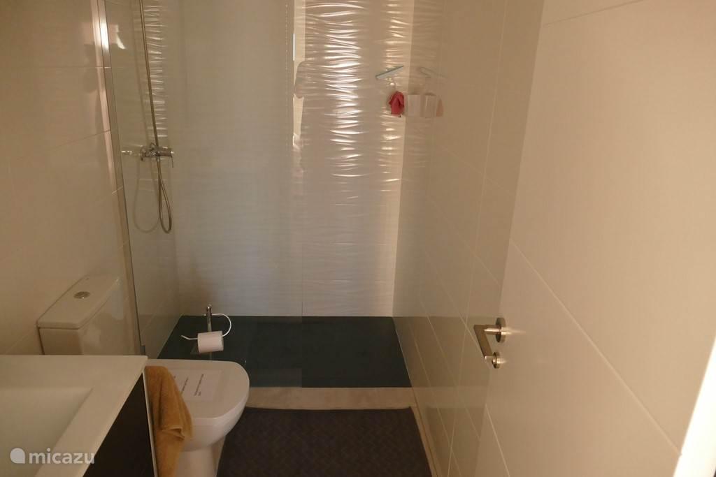 1 van de 2 badkamers