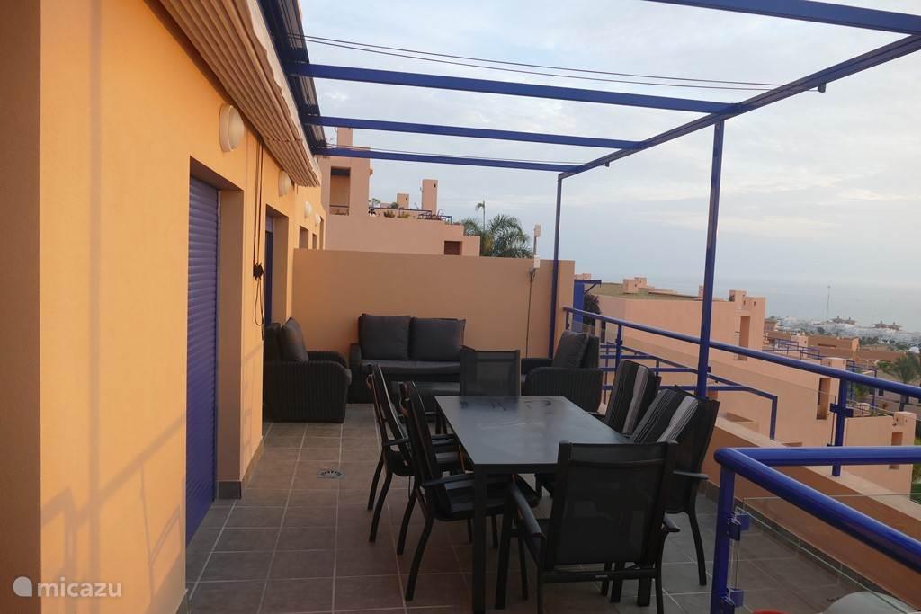 terras met loungeset en diningset
