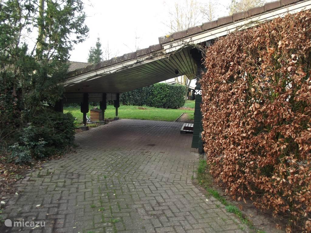 entree bungalow met carport en parking voor een extra auto
