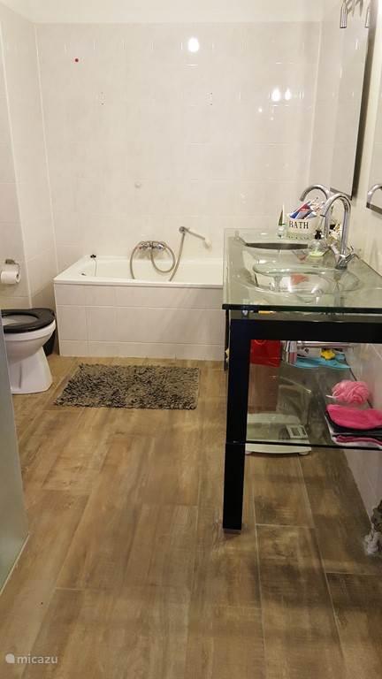 Luxe badkamer met separate douche