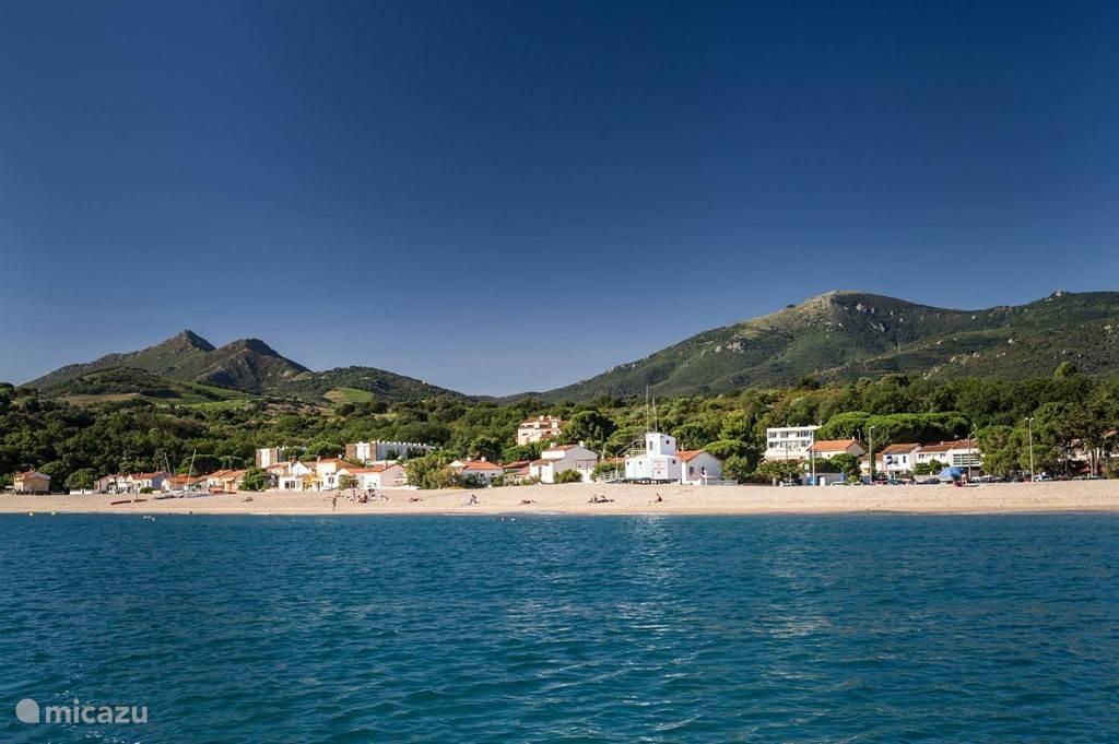 een relaxed idyllisch  strand zonder lelijke hoog bouw