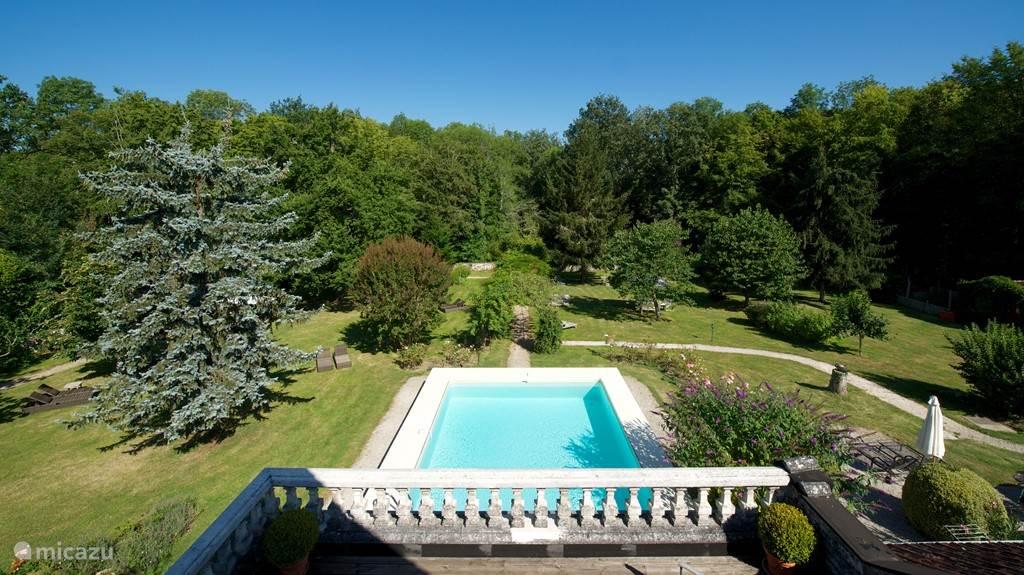 grote romantische tuin met zwembad