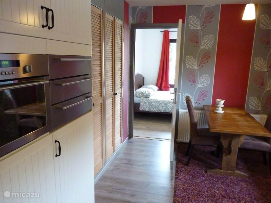 .....Keuken met gaskookplaat, koelkast+vriezer, combi-oven en eettafel........