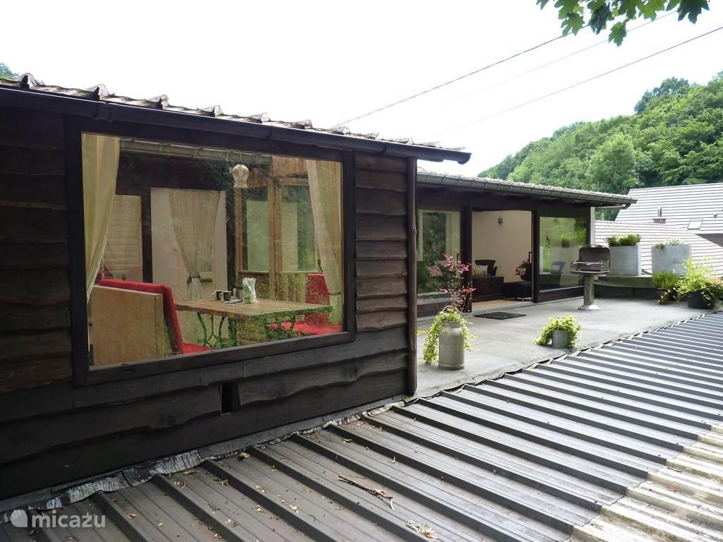 Dakterras met blokhut eetkamer en veranda
