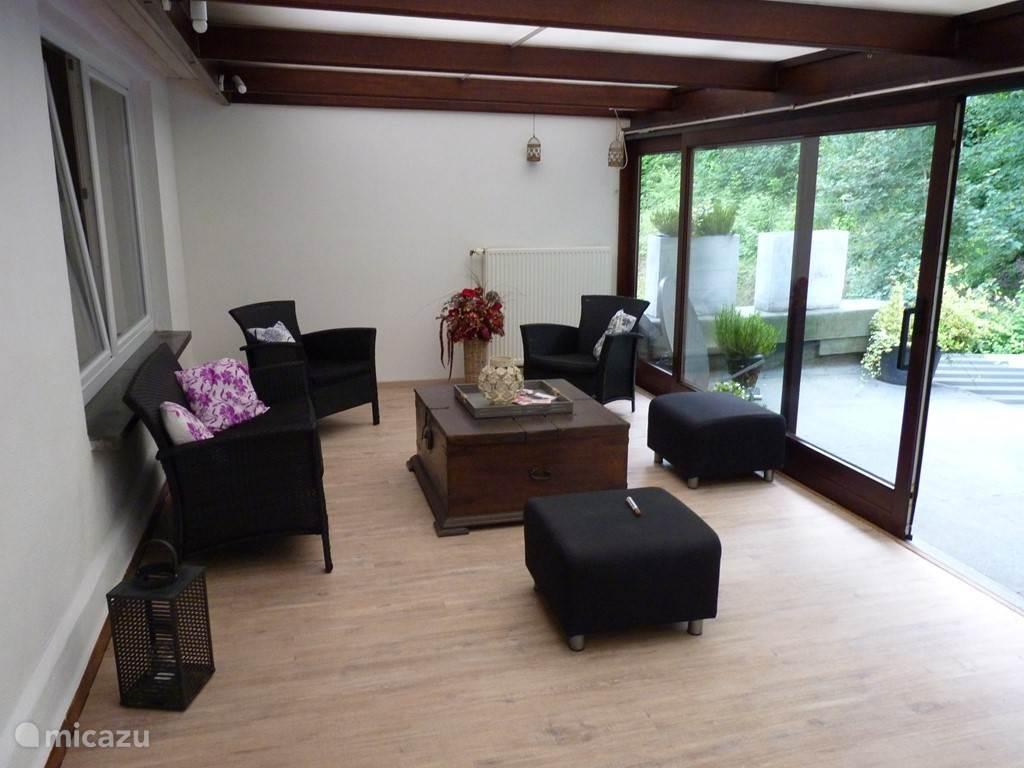 Grote serre met dakterras (BBQ aanwezig) en 3e slaapkamer, tevens mooie blokhutstyle eetgelegenheid (overdekt)