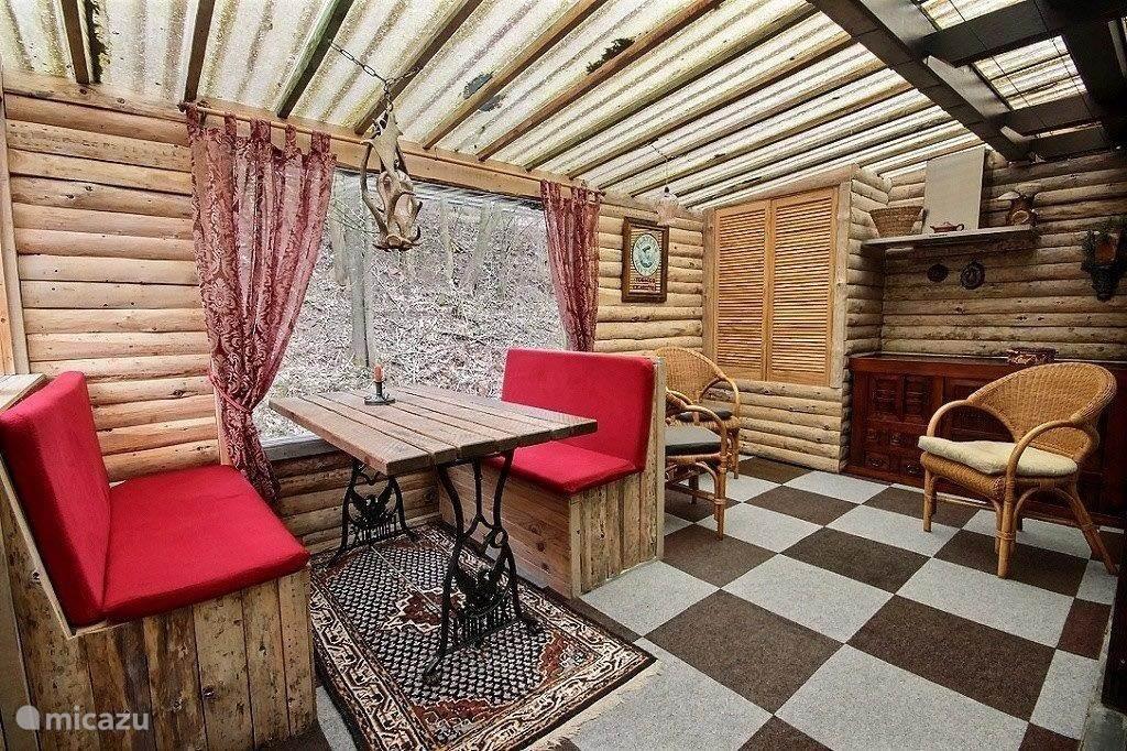 Blokhut-style eetgelegenheid met toegang tot het dakterras en de veranda, voor die lekkere zomeravonden met de BBQ aan.