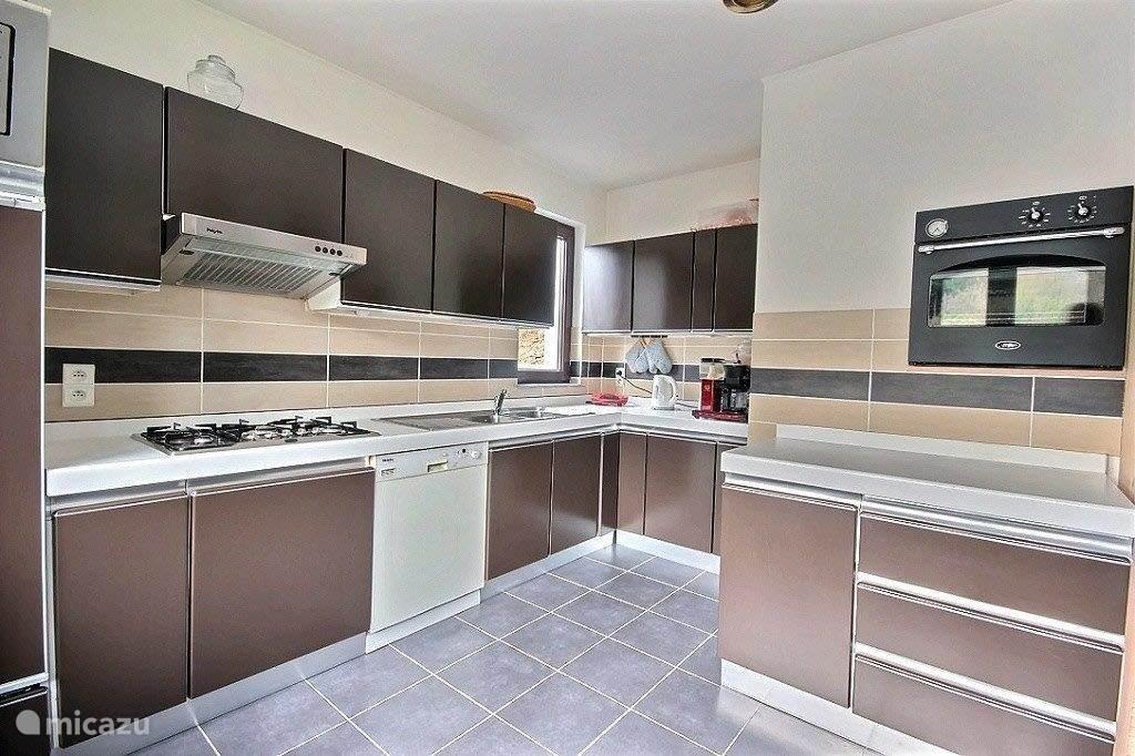 Keuken met 5-pits gaskookplaat, vaatwasser, koelkast (met VV) magnetron en oven