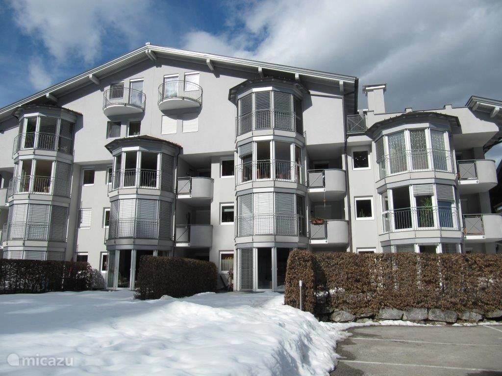 Voorzijde appartementencomplex in de winter