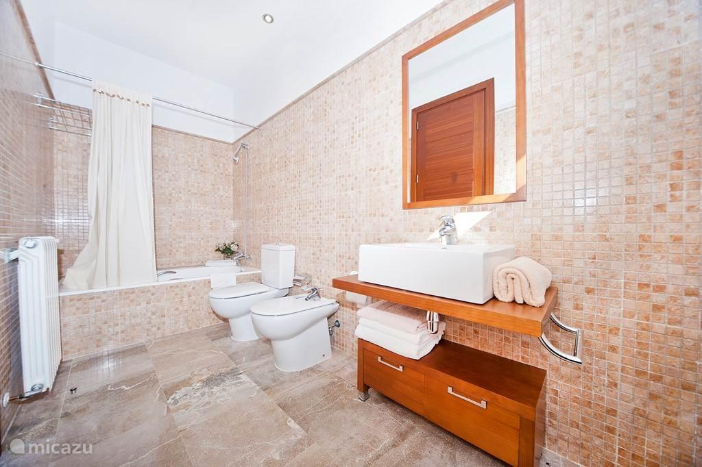 Badkamer 1 (heeft nu een glazen douche deur)