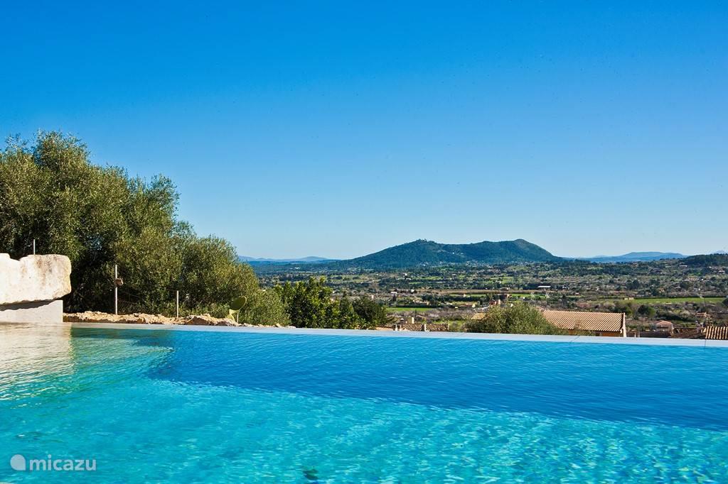 Uitzicht over het zwembad