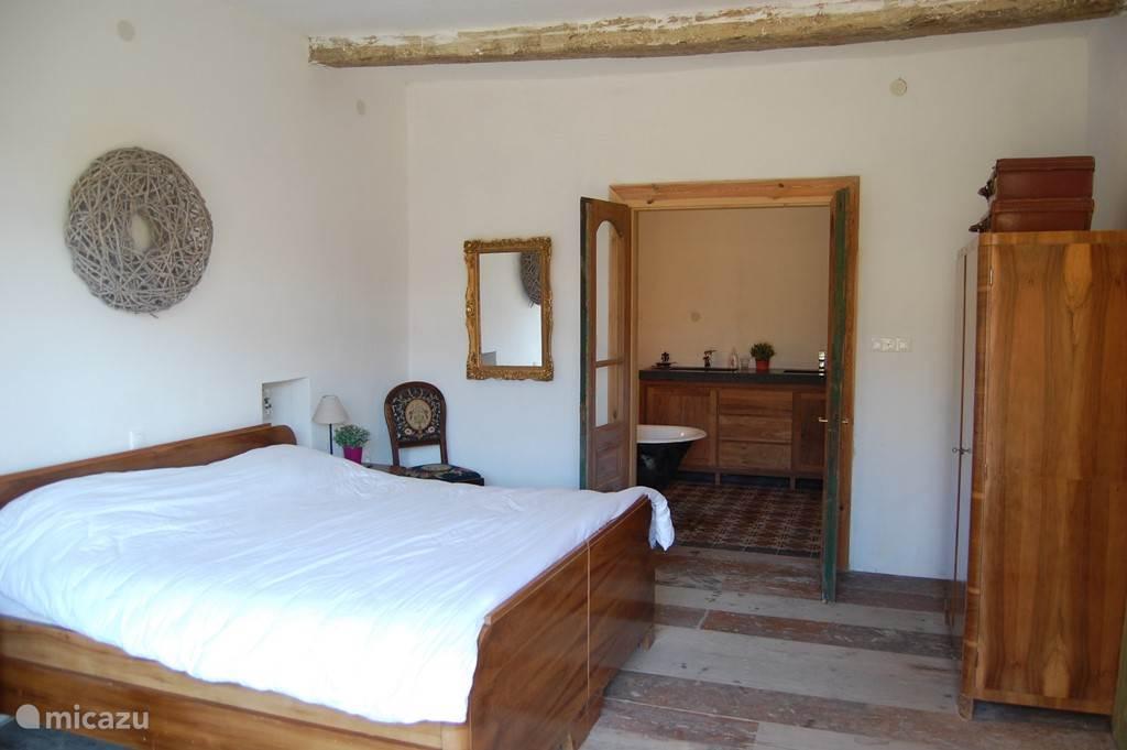 Slaapkamer met badkamer op de begane grond
