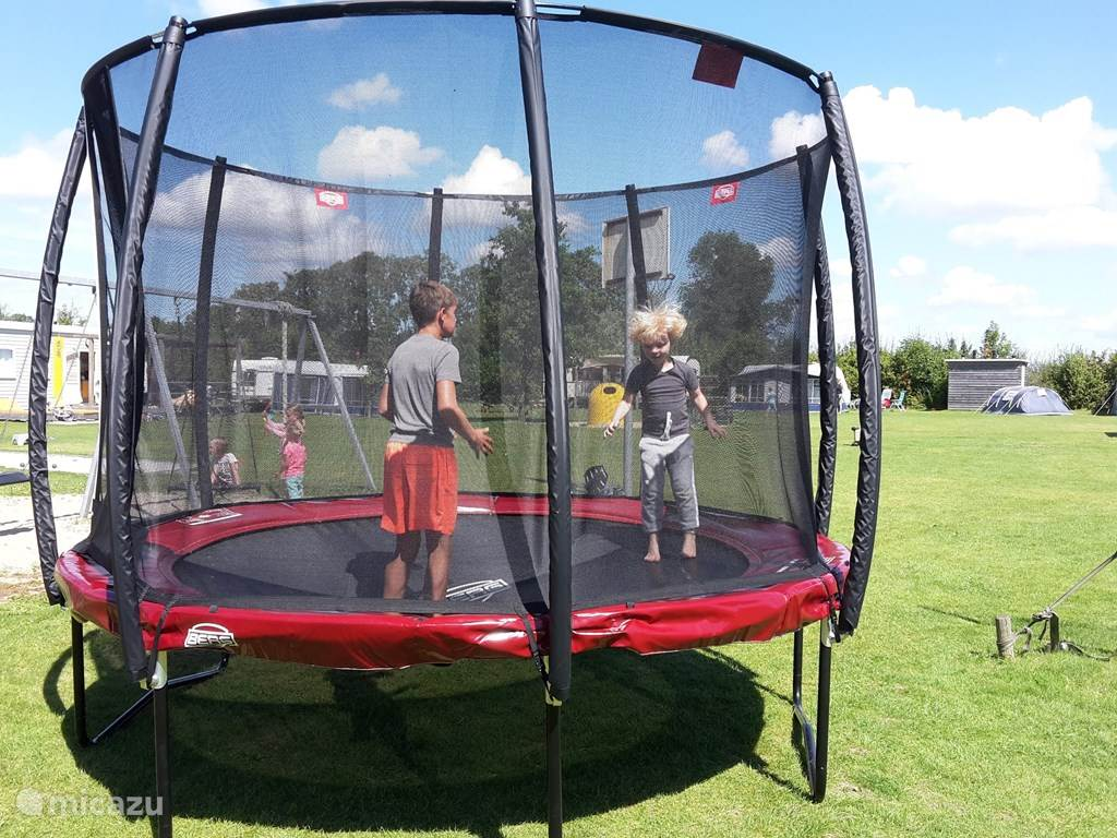 Er staat een mooie trampoline op de camping