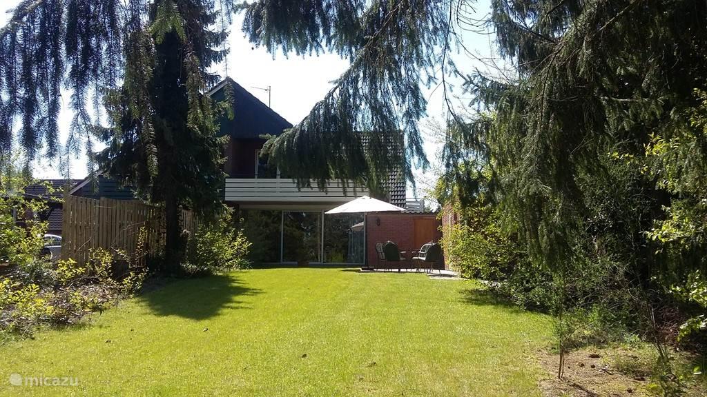 Er is een grote tuin van 750 m2 waar altijd wel een zonnig plekje te vinden is.