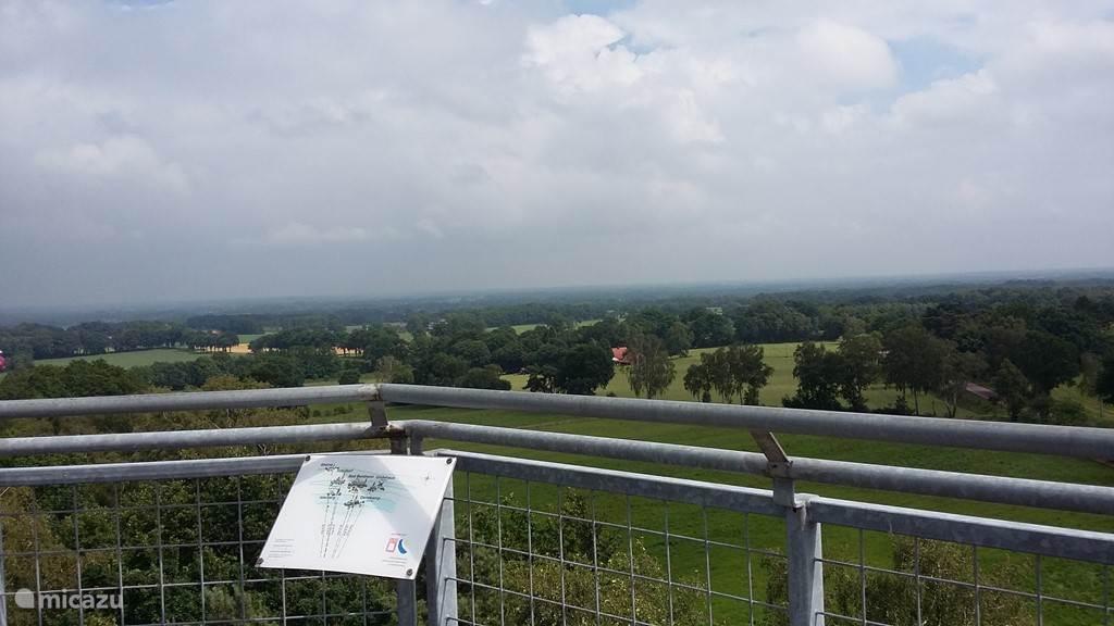 Deze foto is gemaakt op de uitzichttoren op de Lönsberg ( 87 meter hoog) te Hesingen. Hesingen is een buurtschap in de Duitse gemeente Halle bij Neuenhaus in het district Grafschaft Bentheim. De toren staat vlak over de grens bij Ootmarsum en is 35 meter hoog.