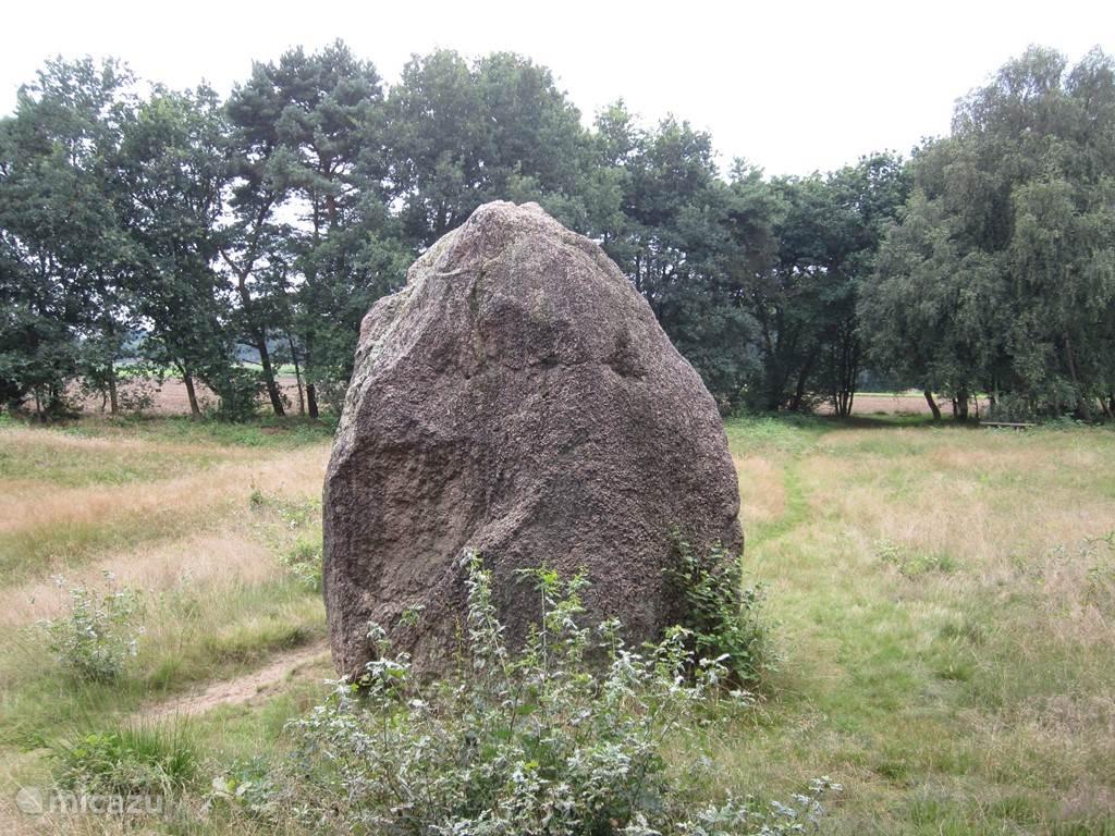 Deze steen noemt men  Der Egger Riese  Hij staat vlakbij Itterback. De steen is 180.000 jaar gelden in de ijstijd met een glatcher hier terecht gekomen.