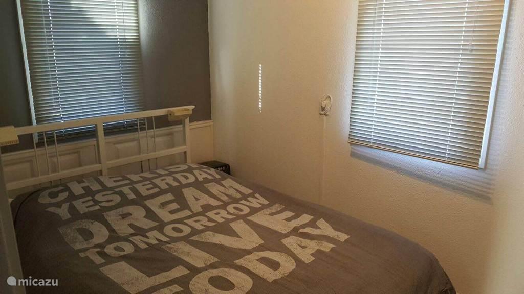 Slaapkamer met tweepersoonsbed en TV/DVD.
