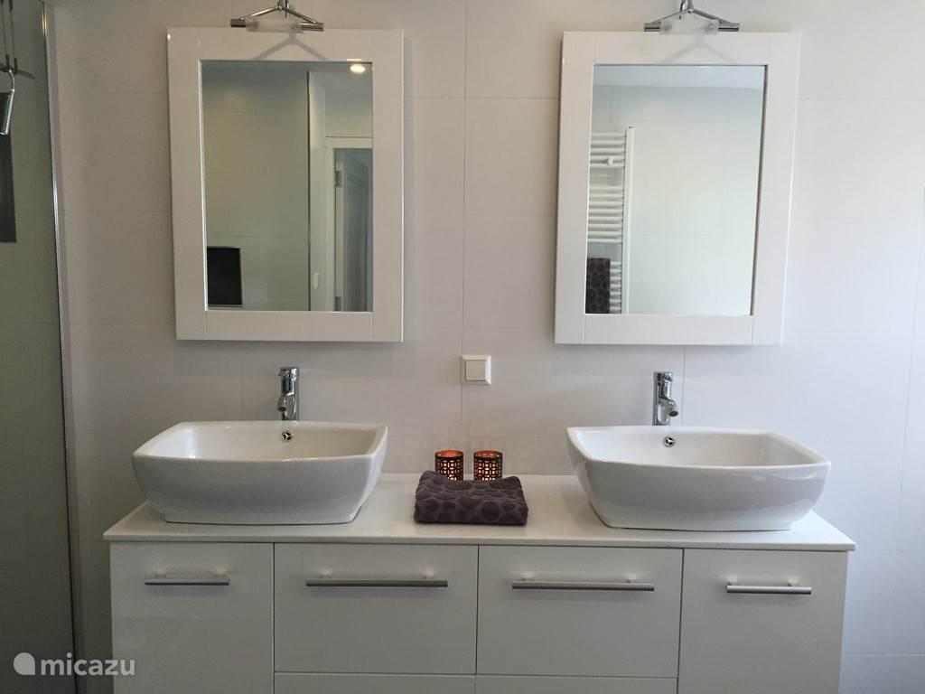Badkamer meubel met dubbele wastafel.