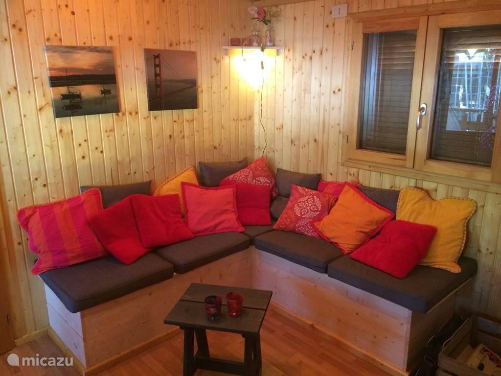 De woonkamer met fijne hoekbank