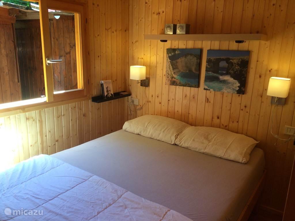 De 2 persoons slaapkamer, met voor het bed over de hele breedte een garderobekast